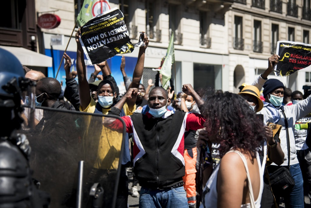 PARIS – 30 MAI 2020 : Manifestation parisienne pour la régularisation des sans papiers. Initialement prévue en mars 2020, mais annulée à cause du confinement, la marche des solidarités s'est tenue ce samedi. Malgré l'interdiction préfectorale, plusieurs milliers de manifestants ont marché entre Opéra et Place de la République. Une marche pour dénoncer la situation des sans papiers en France, et réclamer leurs régularisations. Au départ de la marche, et à l'arrivée, la police et les gendarmes ont utilisé des gaz lacrymogènes pour disperser la foule nombreuse. Un peu moins de cent interpellations.  En France, à Paris, le Samedi 30 mai 2020.